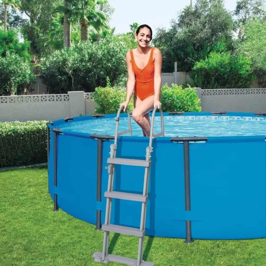 szürke medence létra használat közben